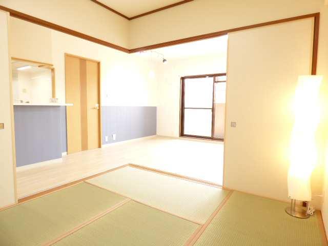 和室とLDKです♪とても素敵な空間です♪室内全面リフォーム済み♪とても綺麗で素敵なお部屋をぜひご内覧下さい♪エンブレイス加古川別府♪お問合せはフジ不動産へ♪