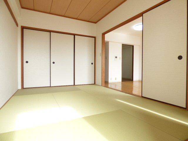 和室です♪ おしゃれな畳も魅力です♪ 陽当りとても良好♪ 室内とても明るいです♪