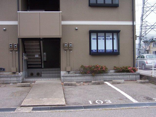事務所外観と駐車場