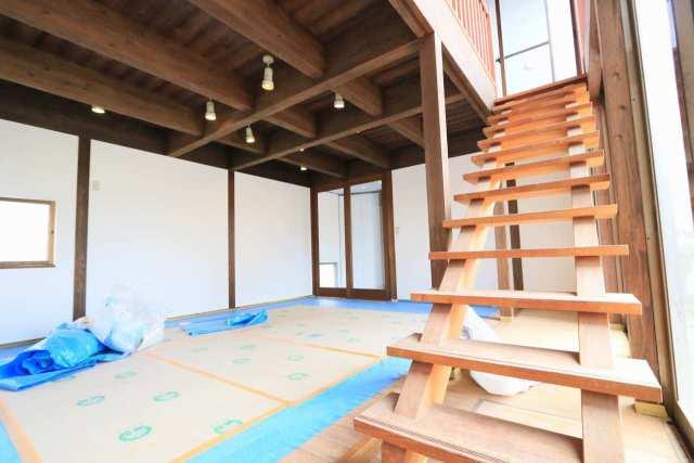 綺麗に木部は塗装済み!天井の雰囲気良いです!