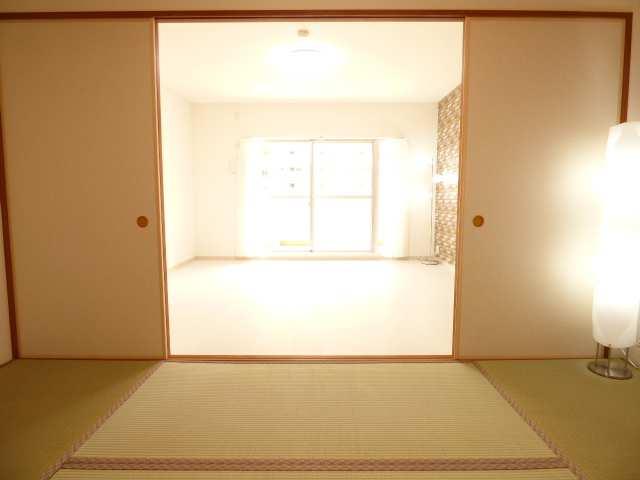 オーズタウンイーストスクエアⅡ番館♪和室とリビングのご紹介♪
