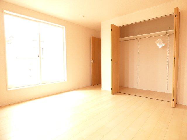 2階洋室です♪陽当りとても良好です♪建具は木目の美しさを際立たせるデザイン♪クローゼットはたっぷり収納できそうです♪