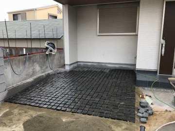 駐車スペース2台!シックな石畳