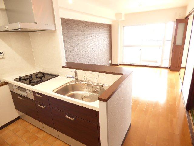 対面キッチンでご家族を身近に♪システムキッチン新調♪クロス張替♪フローリングも張替♪室内とても綺麗です♪陽当りとても良好♪室内とても明るいです♪