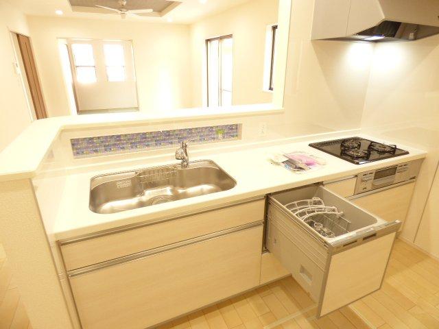食洗機付きシステムキッチン♪対面カウンターキッチン♪陽当り良好で室内とても明るいです♪