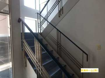 2階へは階段で!!