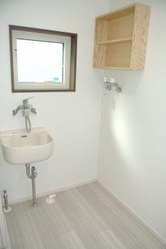 洗面室(掃除用シンク・造作棚・窓付き)