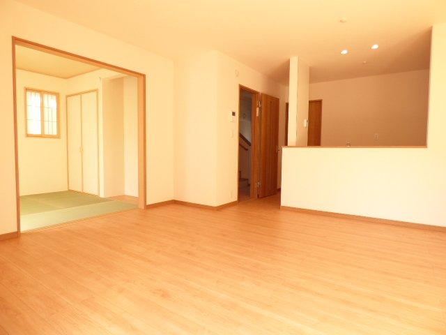 ご家族の会話が弾む開放的なLDK♪陽当りとても良好♪室内とても明るいです♪フローリング材はキズがつきにくく 木目・色調など木材特有の風合いがありナチュラルな美しさです♪