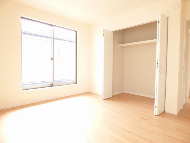 全居室、収納たっぷり♪ 陽当り良好で室内とても明るいです♪