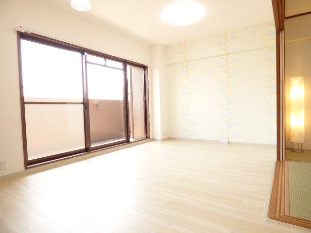 ご家族の時間が増えそうなLDK♪陽当りとても良好で室内とても明るいです♪床ウッドフロア上貼り♪入口扉取っ手交換♪壁・天井クロス張替♪壁クロスはお子様にも喜んでいただけそうなデザインも♪お楽しみに♪