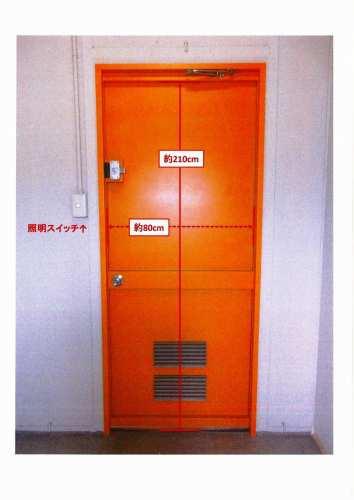 ドア(各部屋に蛍光灯が1つ、扉下方に通気口がついています)