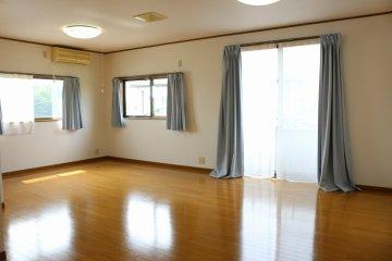 【2階南側洋室:14帖】こちらの部屋も2面窓なので、陽当たり良好!